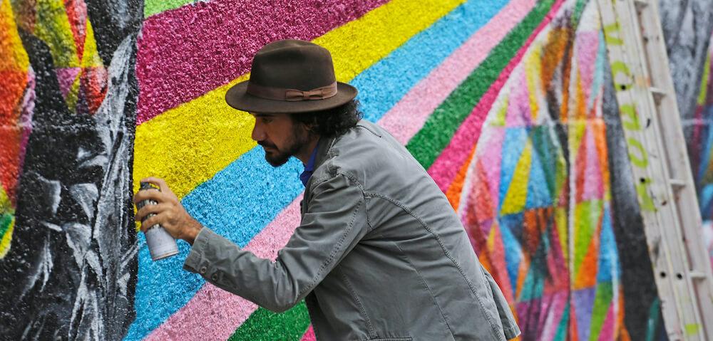 Eduardo Kobra painting graffiti mural